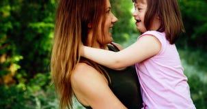 La petite fille avec les besoins spéciaux ont plaisir à passer le temps avec la mère photographie stock libre de droits