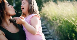 La petite fille avec les besoins spéciaux ont plaisir à passer le temps avec la mère photos libres de droits