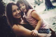 La petite fille avec les besoins spéciaux ont plaisir à passer le temps avec la mère images libres de droits