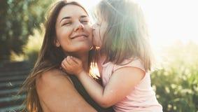 La petite fille avec les besoins spéciaux ont plaisir à passer le temps avec la mère photo stock
