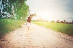 La petite fille avec la robe de port de longs cheveux marche à partir du yo images libres de droits