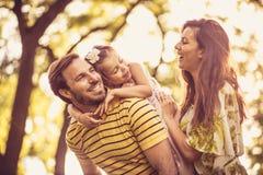 La petite fille avec ses parents apprécient en nature Portrait photographie stock
