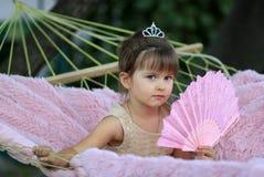 La petite fille avec une fan Photo stock