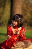 La petite fille bat le temps Photo stock