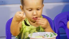 La petite fille blonde de plan rapproché mange de la soupe hors de la cuvette clips vidéos