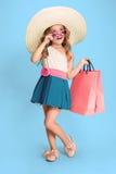 La petite fille caucasienne mignonne de brune dans la robe tenant des paniers Image libre de droits