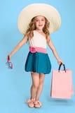La petite fille caucasienne mignonne de brune dans la robe tenant des paniers Photos stock