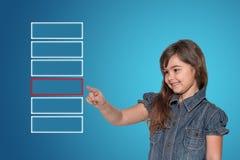 La petite fille choisit le rectangle transparent de découpe rouge Photos libres de droits