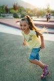 La petite fille court en parc Photographie stock