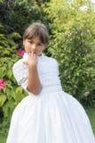 La petite fille couvre sa bouche de sa main Photos stock