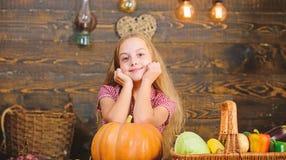 La petite fille d'enfant appr?cient la vie de ferme Cultivez votre propre aliment biologique Jardinage organique Concept de festi images stock