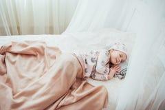 La petite fille d'enfant dort dans le lit Photos libres de droits
