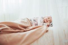 La petite fille d'enfant dort dans le lit Photographie stock libre de droits