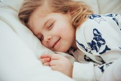 La petite fille d'enfant dort dans le lit Image libre de droits