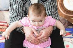 La petite fille dans des ses bras Image libre de droits