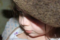 La petite fille dans le chapeau Image libre de droits