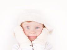 La petite fille dans le chapeau de l'hiver avec l'oreille s'agite photo stock