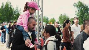 La petite fille dans le chapeau rose s'asseyent sur l'épaule de papa famille Festival d'été Jour ensoleillé banque de vidéos
