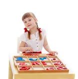 La petite fille dans un jardin d'enfants de Montessori est images libres de droits
