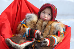 La petite fille de Nenets dans des vêtements nationaux Photo libre de droits