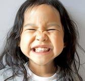 La petite fille de sourire avec la bouche large s'ouvrent Photos libres de droits