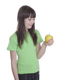 La petite fille de sourire avec la pomme Photos stock