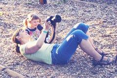 La petite fille de sourire avec sa mère heureuse sont font la photo Photo libre de droits