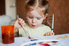La petite fille dessine des peintures Images libres de droits