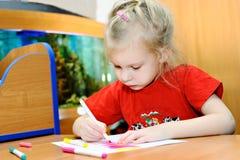 La petite fille dessine les crayons lecteurs feutres Images libres de droits