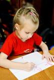 La petite fille dessine les crayons lecteurs feutres Images stock