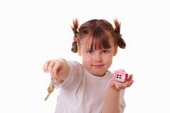 La petite fille donne la clé Image libre de droits
