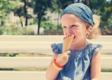 La petite fille drôle (3 ans) mangent la crème glacée  photos stock