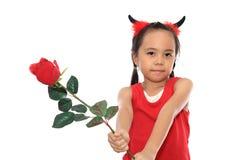 La petite fille effrayante dans le costume de Veille de la toussaint donnent le rouge Image libre de droits