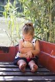 La petite fille embrasse son jouet préféré Photo stock
