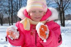 La petite fille en parc d'hiver Photographie stock libre de droits