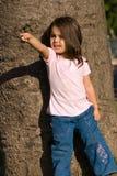 La petite fille en stationnement Photo stock