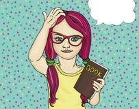 La petite fille en verres veut à l'école J'ai pensé sur le livre Photographie stock libre de droits