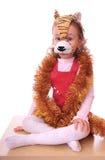 La petite fille est dans le masque du tigre. Photographie stock