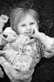 La petite fille est heureuse et jouer Image libre de droits