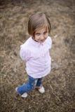 La petite fille est heureuse et jouer Photos stock