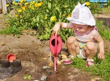 La petite fille est jeu extérieur Images libres de droits