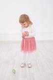 La petite fille est Joyeuses Pâques Photo libre de droits