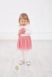 La petite fille est Joyeuses Pâques Images stock
