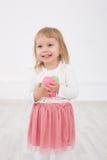 La petite fille est Joyeuses Pâques Images libres de droits