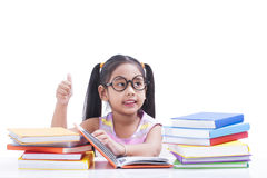 La petite fille est livre de lecture Photos libres de droits