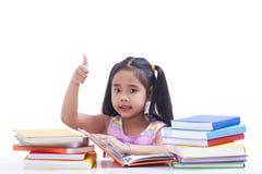 La petite fille est livre de lecture Images stock