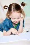 La petite fille est quelque chose affiche sur l'album. Photo stock