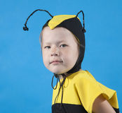 La petite fille est rectifiée au costume d'abeille Image stock