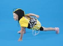 La petite fille est rectifiée au costume d'abeille Photo stock