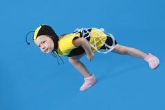 La petite fille est rectifiée au costume d'abeille Photographie stock libre de droits